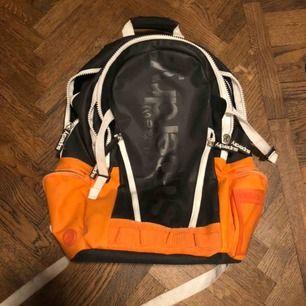 Skitsnygg ryggsäck från Superdry!! Välanvänd men i bra skick. Har enligt mig bara blivit snyggare. 🧡🤩💥⚡️ Kan mötas upp i Helsingborg, annars står köpren för frakten!