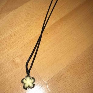 Ett fint halsband ifrån Thailand med en blomma 🌸🌸