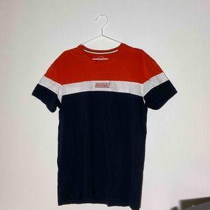 (Inkl frakt) Ball tshirt från jack & jones, riktigt snygg oversize därför passar den även mindre storlekar.