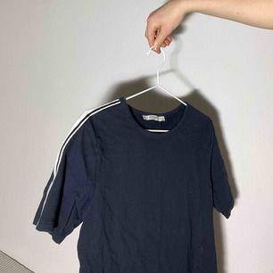 (Inkl frakt) marinblå tshirt från jack & jones med coola detaljer på armarna
