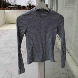Fin tröja med polokrage från BIK BOK! Den är väldigt skön✨Frakt tillkommer.