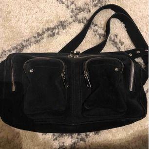 Väska från nunoo svart mocka, väldigt fint skick. Modellen alimakka, alltså den största. Säljer den för att jag inte får användning för den längre. Köparen står för frakten! 😊