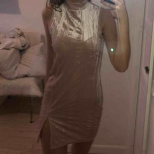 Ljusrosa klänning i sidenliknande material med slits, samt liten polokrage, använd i några timmar under ett bröllop, perfekt kvalitet