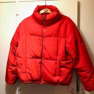 Röd puffer jacka från HM i storlek 44. Jag brukar ha storlek S/M vanliga fall och tycker att den har passat bra om man vill kunna ha en tjocktröja under 😊  Möts upp vid malmö centralstation (eller universitetet)