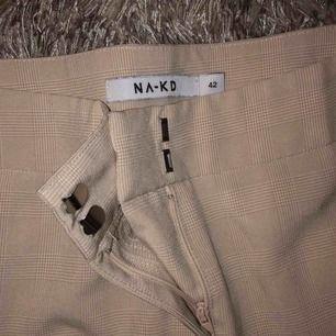 Beiga kostymbyxor från NAKD! Säljer pgr av att dem är för stora så i princip nyskick.