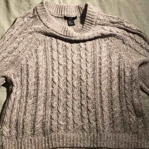 Fin grå stickad tröja från H&M. Frakt ligger på 59kr (sammanlagt 98kr)