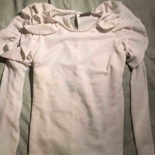 Fin tröja från Vero Moda med cold shoulder