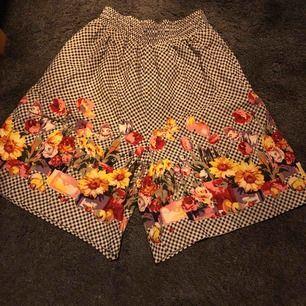 Svart-vit-rutiga/blommiga shorts från USA. Resor högst upp och passar nog därför många storlekar. Härliga och lätta att ha på sommaren. Kan se ut som en kjol när man bär dem. Bra skick. Möts i Sthlm eller fraktar (du betalar frakten).