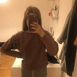 Sweatshirt från Lindex med pärlor på axlarna. Strl 146/152 men skulle kunna gå för en xs
