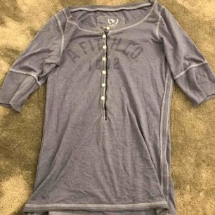 Jätte fin blå tröja ifrån Abercrombie and Fitch! Kan skicka fler bilder om det behövs. Köparen står för frakt.