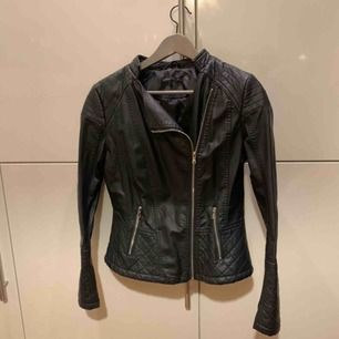 Helt oanvänd jacka, den har bara hängt i garderoben så den är helt som ny! Det är stl M men passar mig som använder S. Frakt tillkommer på 59kr.