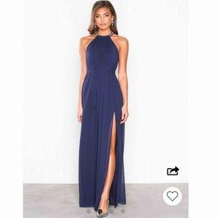 Säljer min fina balklänning i färgen mörk blå som jag använde sommaren 2019! Använt 1 gång och är i ett jättefint skick! Slutsåld nu i minsta storlek XXS. Är 162cm, skriv för ytligare bilder eller intresse. Köpt för 899kr