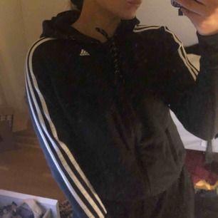 Hoodie från Adidas, med blixtlås! Den är en XS men passar absolut en S, möts upp i uppsala annars får köparen stå för frakten