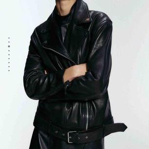 Söker en svart skinnjacka (biker jacka kallas modellen) från Zara! Storleken spelar ingen roll. Kan mötas upp i Stockholm💕