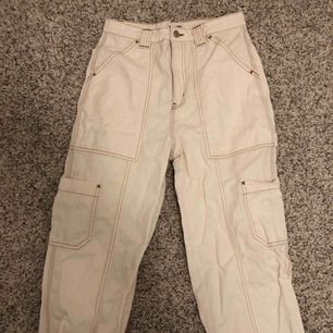 Vit/beiga cargo jeans från Weekday i storlek 36