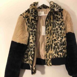 En jacka med leopardmönster från NLY trend i storlek 38. Nyskick, aldrig använd, prislappen sitter kvar. Möts upp i Stockholm och Uppsala, annars tillkommer frakt
