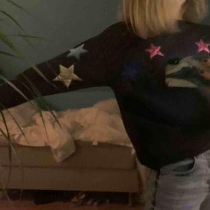 Grå sweatshirt med stjärnor, storlek 152 men passar mig som är 14 (162 cm lång)