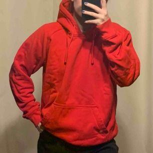 Färgen är som på bild 2, hoodien är använd men i bra skick! Frakt tillkommer