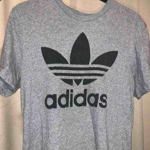 Knappt använd adidas t-shirt! Frakt tillkommer