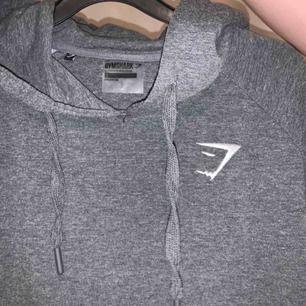 Precis som ny, aldrig använd Gymshark hoodie i herrmodell men passar alla! Frakt tillkommer