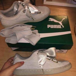 Säljer ett par supergulliga puma sneakers suede i storlek 38! Köpte ifrån Nelly för ett bra tag sedan men har använt väldigt sparsamt. Annat skosnöreband tillkommer.