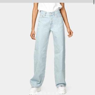 Skitsnygga helt oanvända jeans från Junkyard, lappen finns fortfarande kvar!! Wide leg jeans, strl 24,, säljer pgr av att dom nt passar