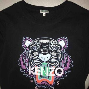 Kenzo t shirt, köpt i monaco! Knappt använd😁 självklart ÄKTA, har kvar påsen o lappen osv👌🏻storlek S, köpt för 1000 kr