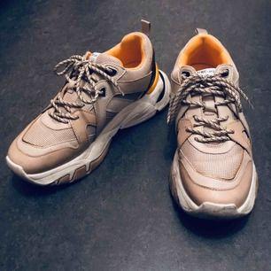 Chunky sneakers köpta från Zalando hösten 2019. Har bara använts ett par gånger, säljer för att de var för stora för mig! Nypris 399 kr, köparen betalar frakten.