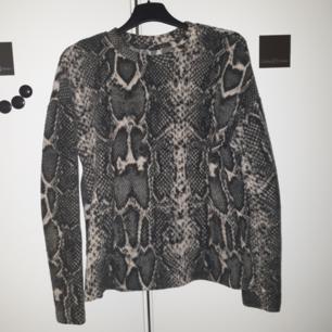 Jätte fin snakeprint tröja, avklippta lappar men sitter som en S/M 🌟