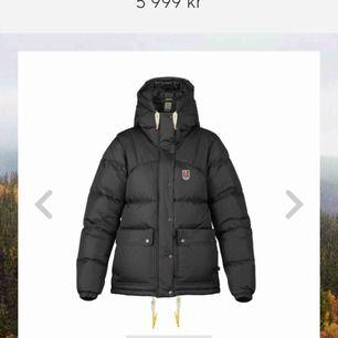Säljer denna populära svarta puffiga fjällräven jacka då jag har 2 likadana. Storlek S, Köpt för 5999kr. Fler bilder kan skickas vid intresse!😃😃 möts upp och fraktar:)