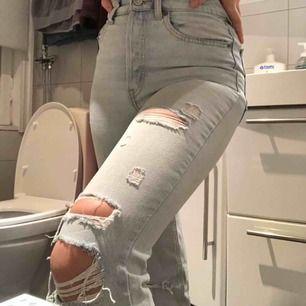 Hejsan! Jag säljer nu mina assnygga jeans från h&m. De är väldigt sparsamt använda och det är inget fel på dom alls. Ett riktigt kap, köparen står för frakt✌🏽