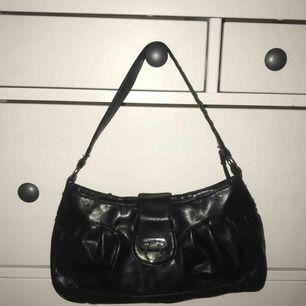 En svart axel väska