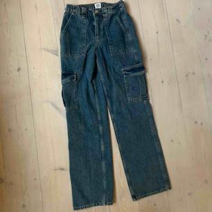 Jättesnygga högmidjade jeans med fickor💜💜💜
