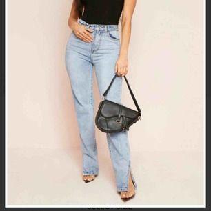 Oanvända jeans med slits nertill från Missy Empire som är för stora för mig! UK10 motsvarar EU38. Skitsnygga!! Frakt tillkommer