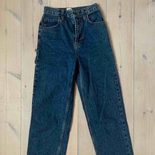 Superfina helt oanvända mörkblå jeans i 90talsstil💕