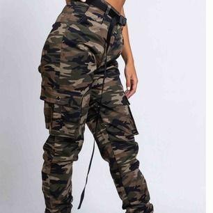 Säljer dessa trendiga militär byxorna från madlady i storlek S. Endast använda 1 gång, därav som nya🥰