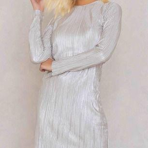 En silvrig klänning från Andréa Hedenstedts kollektion med nakd. Aldrig använd. Storlek S! 125kr (köparen står för frakt 80kr)