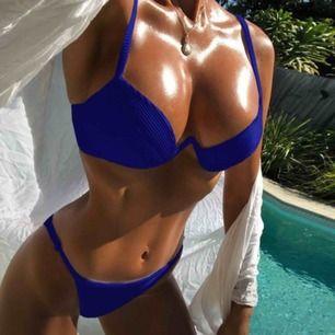Mörkblå ribbed bikini, passar s-m. Aldrig använd!!!