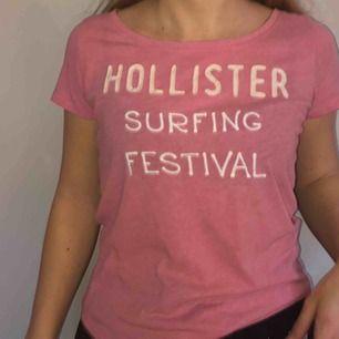 Rosa T-shirt från Hollister. Några år gammal men knappt använd. Storlek S.