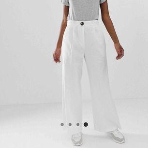 Vita linne byxor från ASOS (petite). Stl 38 (modellen på bilden är 163 enligt hemsidan). Superfina och sköna men har tyvärr blivit för stora för mig. Fint skick, endast använda några gånger i somras!! 💕 100 + 42 kr frakt