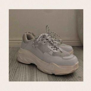 Supersnygga vita chunky sneakers från märket Tata Italia! Använda men i gott skick! Däremot lite fläckiga baktill samt framtill. Nypris: 499kr. Frakt tillkommer och betalningen sker via Swish