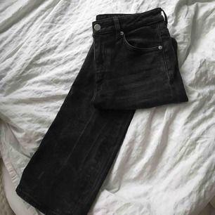 Skitnice svarta straightleg jeans från hm som tyvärr börjar bli för små för mig. Kan mäta mått om så önskas, annars hör av mig om du har frågor! 🥰🥰
