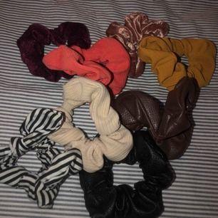 Scrunchies i olika färger och material  Alla för 100kr Kan posta för fraktkostnad
