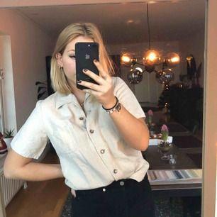 Skitcool kortärmad skjorta i en beige färg, aldrig använd