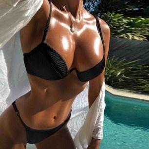 Svart ribbad bikini. (Ser grå ut pga blixt) Aldrig använd!!