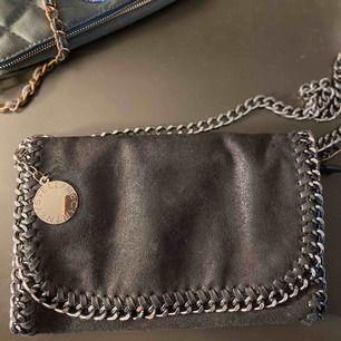 Nästintill oanvänd Stella väska!  Köpare står för frakt annars kan jag mötas upp i Stockholm😊