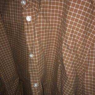 Nyköpt och oanvänd brun skjorta från Gina tricot. Perfekt att ha över en topp på våren🤩