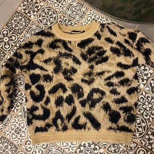 Stickad Leopardtröja från Vero Moda med gulddetaljer. Köparen står för frakt.
