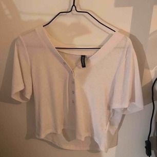 Fin vit ribbad top med knappar ✨🕊🕊 Väldigt stretchig så passar både mindre och större än M. Frant inräkad💖