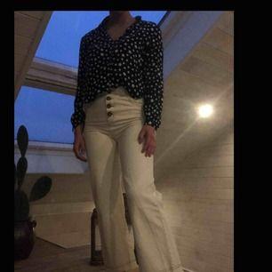 Beige/vita jeans som är vida i benen med bruna sömmar och knappar. Endast använda två gånger så som nya!